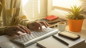datorkvinnlign hands tangentbordskrivande Utbildning Royaltyfri Bild