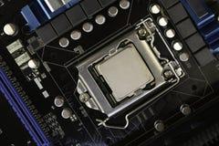 Datormoderkort, med processorn som installeras på den arkivfoto