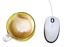 datormus och en isolerad kopp kaffe Arkivfoto