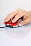 Datormus och kvinnors hand Royaltyfri Bild