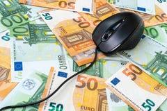 Datormus på bakgrunden av euro royaltyfria foton
