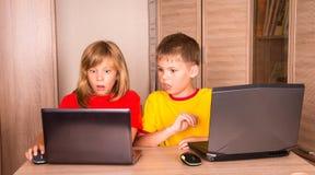 datorproblem Stressade barn som har datorproblem C Royaltyfria Bilder