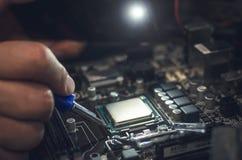 Datorprocessor, arbete med CPU-håligheten Fotografering för Bildbyråer