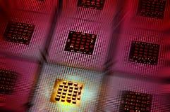 Datorprocessorer arrangera i rak linje med purpurfärgad postproduction för belysningeffekter Royaltyfria Bilder