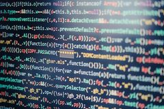 Datorskärm som visar programkod arkivbild