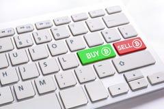 Datortangentbord med KÖP- och FÖRSÄLJNINGSbitcoin arkivfoton
