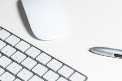 Datortangentbord med tangenter i förgrunden på tabellen Royaltyfri Foto