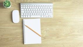 Datortangentbord, mus och anteckningsbok med en blyertspenna på tabellen royaltyfri foto