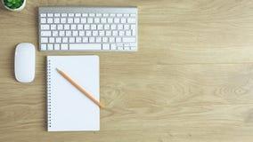 Datortangentbord, mus och anteckningsbok med en blyertspenna på tabellen fotografering för bildbyråer