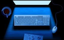 Datortangentbord på tabellen som är upplyst vid blått ljus av bildskärmen Fotografering för Bildbyråer