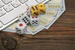 Datortangentbordet och att spela tärnar och dollarkassa på Wood Backgrou arkivbilder