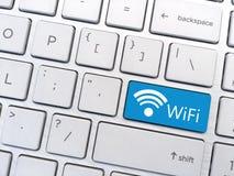 Datortangentbordet skriver in knappen med det WiFi och Wifi symbolet Arkivfoto