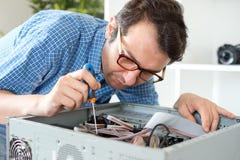 Datortekniker som arbetar på en persondator Royaltyfri Foto