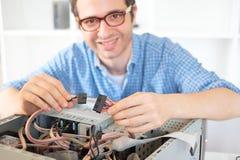 Datortekniker som arbetar på en persondator Royaltyfri Fotografi