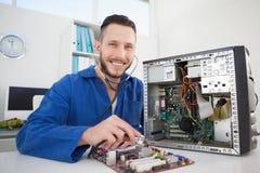 Datortekniker som lyssnar till CPU med stetoskopet Arkivbilder