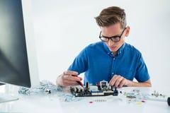 Datortekniker som reparerar moderkortet arkivbilder