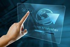 Datos de la transferencia sobre una pantalla digital fotografía de archivo