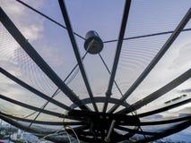 Datos de la transmisión de la antena parabólica sobre el cielo azul del fondo Imagen de archivo