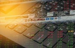 Datos de las finanzas del mercado de acción sobre el concepto del negocio del fondo del teclado para el uso del fondo Foto de archivo