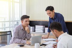 Datos de planificación de Businessman del hombre de negocios en el encuentro Hombres de negocios que se encuentran alrededor del  fotografía de archivo libre de regalías