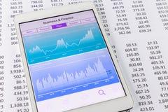 Datos del mercado de acción y carta o gráfico financiera en la tableta Imagen de archivo
