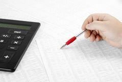 Datos financieros calculadores Foto de archivo libre de regalías