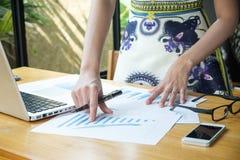 datos financieros de los dicuss de la reunión de la mujer de negocios Imagen de archivo libre de regalías