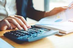 Datos financieros económicos del coste calculador de la contabilidad del hombre de negocios foto de archivo