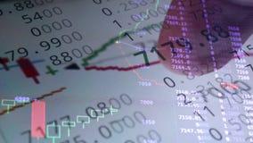 Datos financieros en línea del mercado de acción sobre una pantalla almacen de video