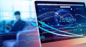 Datos financieros sobre un monitor Aumento y beneficios del mercado de la inversión y de acción con las cartas del gráfico, diagr fotografía de archivo