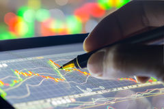 Datos financieros sobre un monitor, foco selectivo en el monitor del LED, stoc Imagen de archivo libre de regalías
