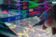 Datos financieros sobre un monitor, gráfico del palillo de la vela del mercado de acción, Imagenes de archivo
