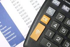 Datos financieros y calculadora Imagenes de archivo