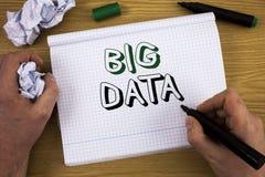 Datos grandes del texto de la escritura Concepto que significa una gran cantidad de información que necesita ser analizada por lo Fotos de archivo libres de regalías