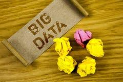 Datos grandes del texto de la escritura de la palabra Concepto del negocio para una gran cantidad de información que necesita ser Imágenes de archivo libres de regalías