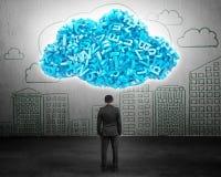 Datos grandes Hombre de negocios que hace frente a caracteres azules en forma de la nube fotos de archivo libres de regalías