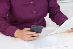 Datos que entran de la persona usando el teléfono móvil Fotos de archivo