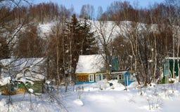 Datscha-bringt in der Schneewehe unter. Der Sakhalin. Stockfotos