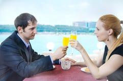 Datte de jeunes couples affectueux Image libre de droits