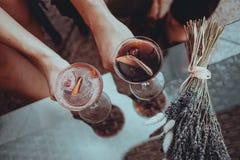 Datte romantique amants tenant des cocktails Concept d'amour photographie stock libre de droits