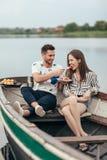 Datte romantique Homme alimentant son gâteau d'amie image stock