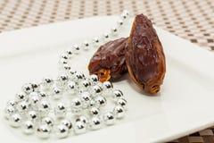 Dattelfrüchte in der weißen Platte Lizenzfreies Stockfoto
