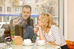 Datum. Attraktive junge Frau und ihr Freund Stockbild