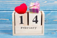 Datum av 14 Februari på kubkalendern, gåvan och röd hjärta, garnering för valentindag Royaltyfria Foton