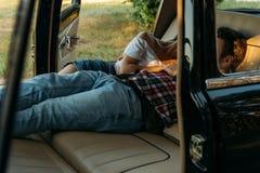 datum in de auto mensen die in de auto liggen en handen houden kijk door het venster in de auto Zachte nadruk zwart horloge op de stock afbeeldingen