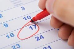 17. Datum der Handmarkierung am Kalender Stockfotos