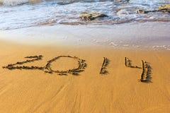 Datum des neuen Jahres auf Sand in der Brandung Lizenzfreie Stockfotografie