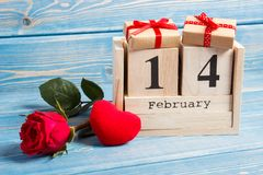 Datum des vom 14. Februar an Kalenders, Geschenk, rotes Herz und rosafarbene Blume, Dekoration für Valentinsgrußtag Stockfotos