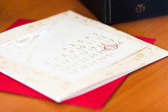 Datum einer Hochzeit kreiste auf einem Kalender ein Stockfoto