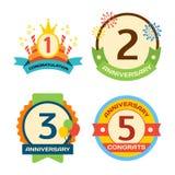 Datum för kort för årsdag för emblem för beröm för uppsättning för lägenhet för design för födelsedagemblembaner och pappersklist vektor illustrationer